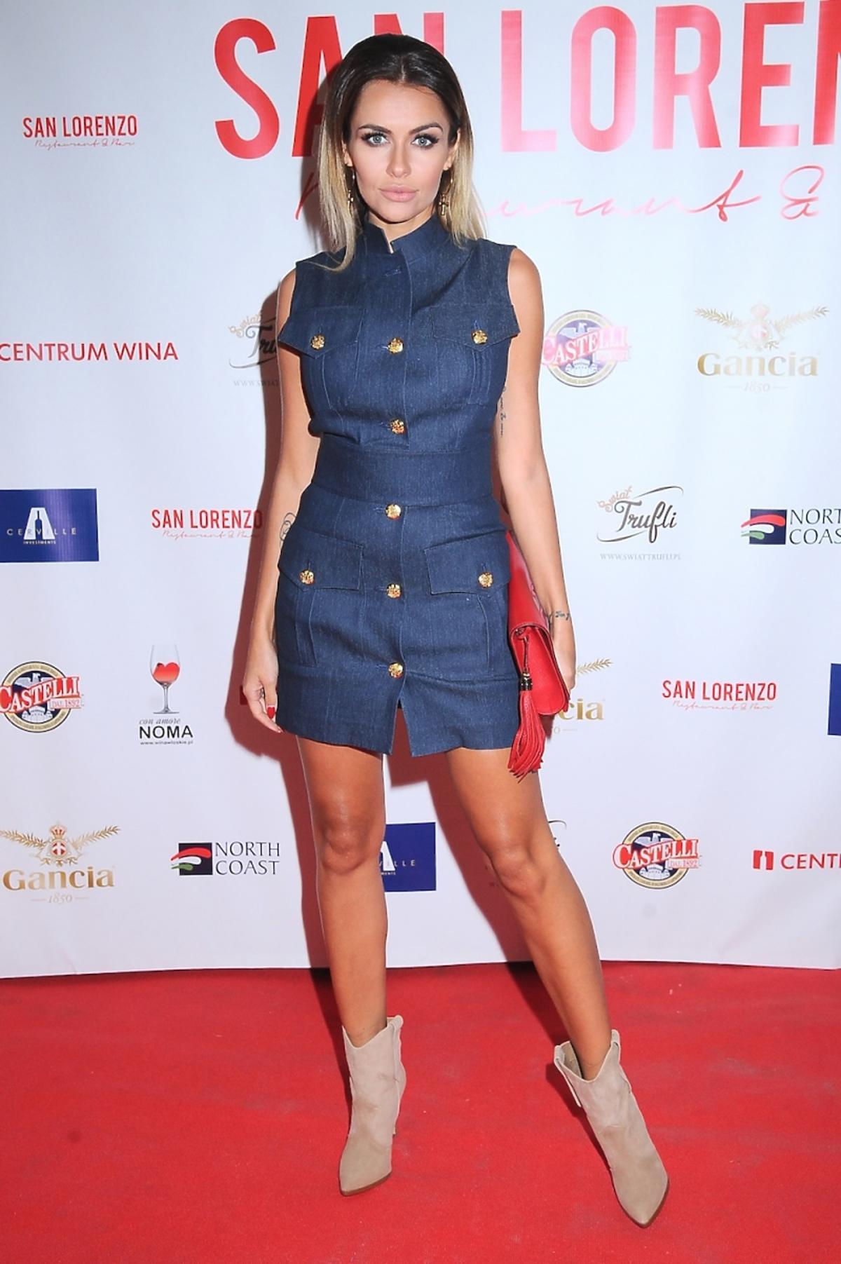 Natalia Siwiec w dżinsowej mini sukience ze złotymi guzikami, beżówych botkach z czerwoną torebką