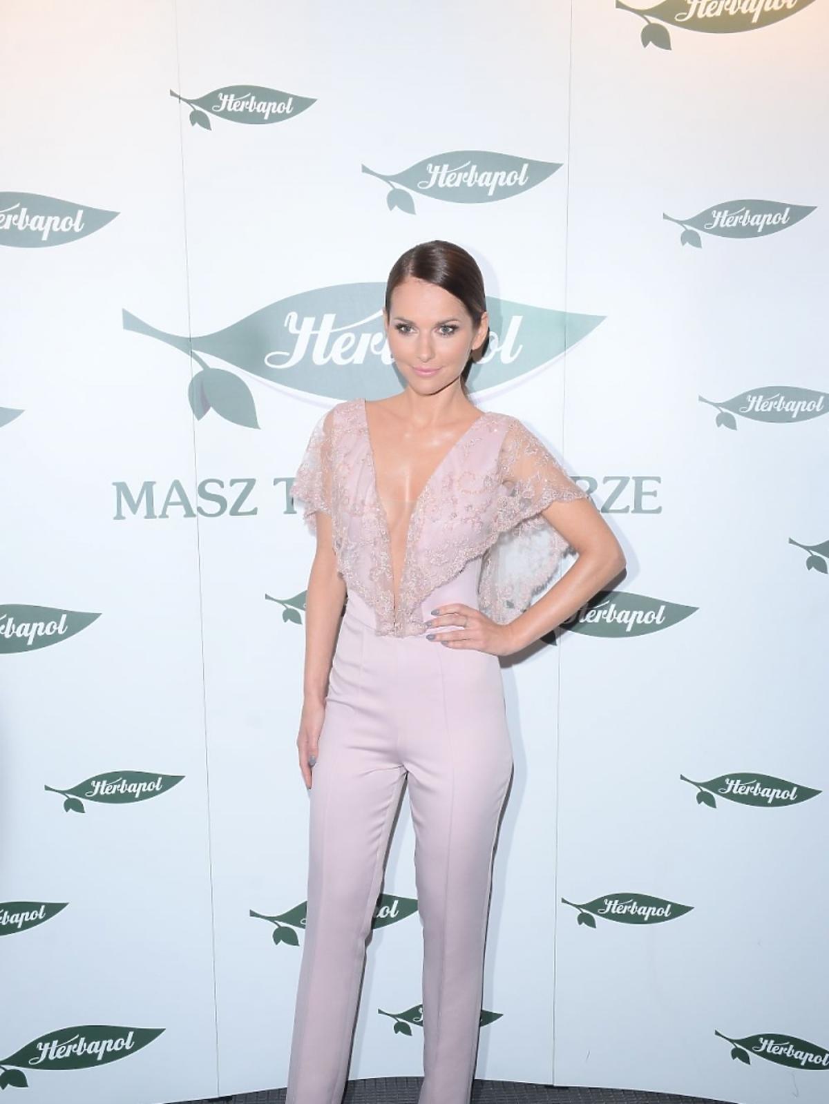Paulina Sykut w pudrowo różowych spodniach