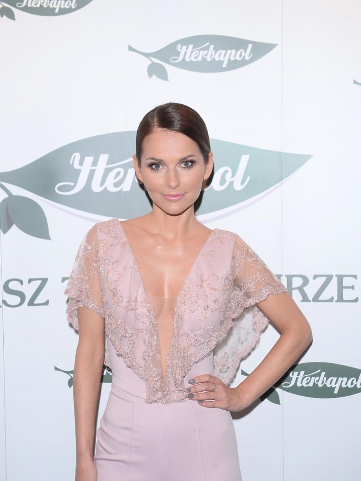 Paulina Sykut w różowej koronkowej bluzce