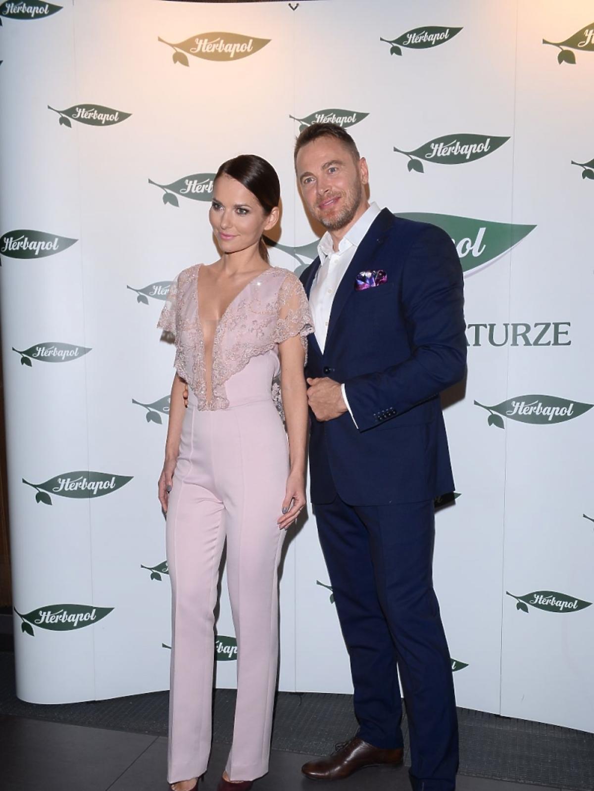 Paulina Sykut w różowym komplecie z mężem na imprezie Herbapolu