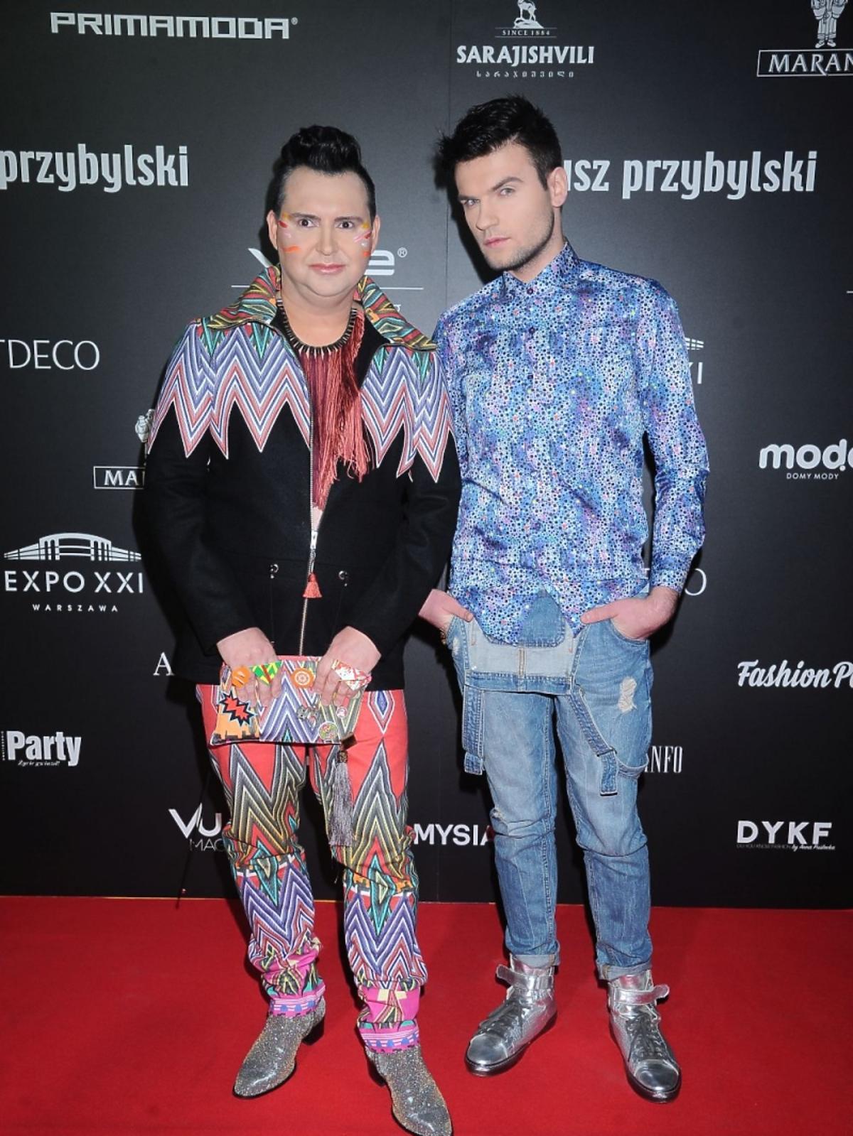 Michał Witkowski z chłopakiem na pokazie Mariusza Przybylskiego