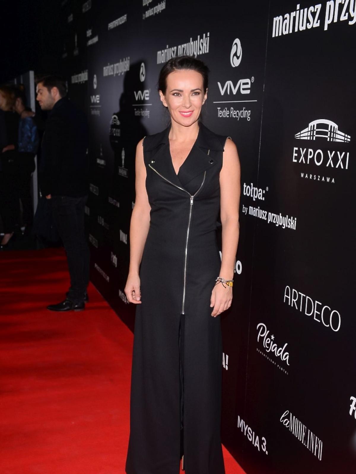 Kasia Kowalska w czarnej sukni z zamkiem