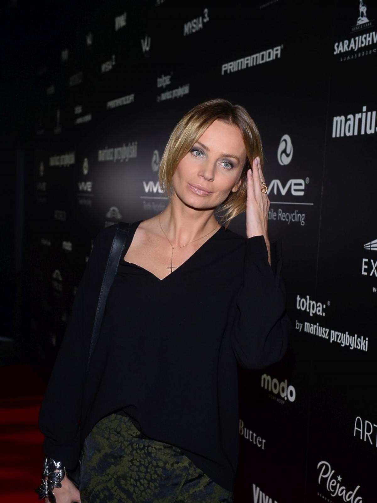 Agnieszka Szulim w czarnej koszuli i zielonej spódnicy