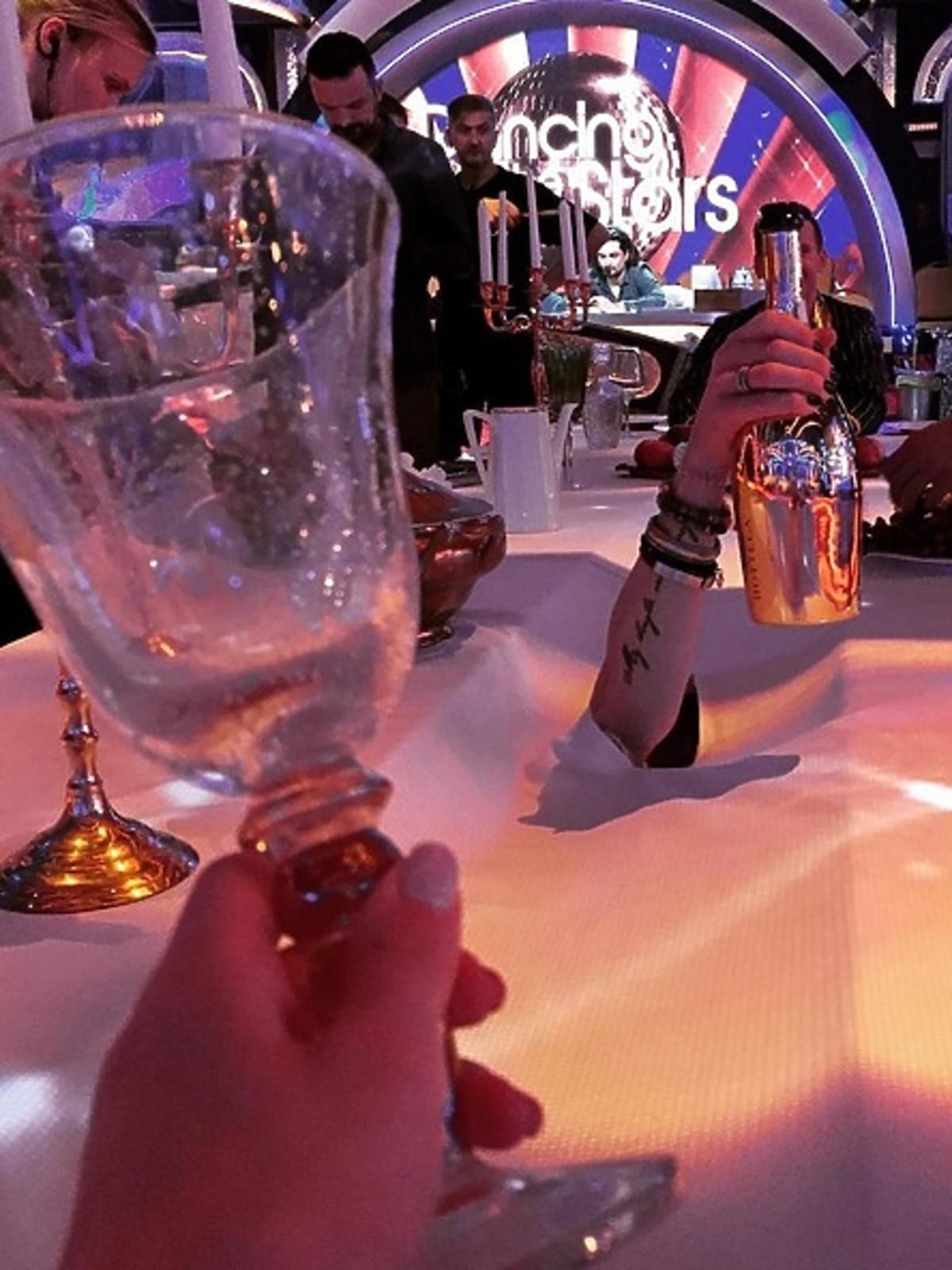 Ewelina Lisowska ręka z szampanem i Tomasz Barański w Taniecu z Gwiazdami Halloween