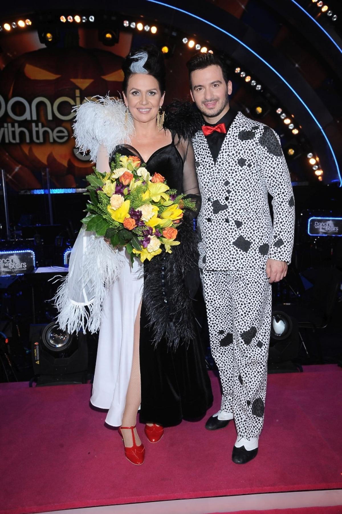 Małgorzata Pieńkowska w czarenj sukni i czerownych butach, Stefano Terrazzino jako pies w Tańcu z Gwiazdami