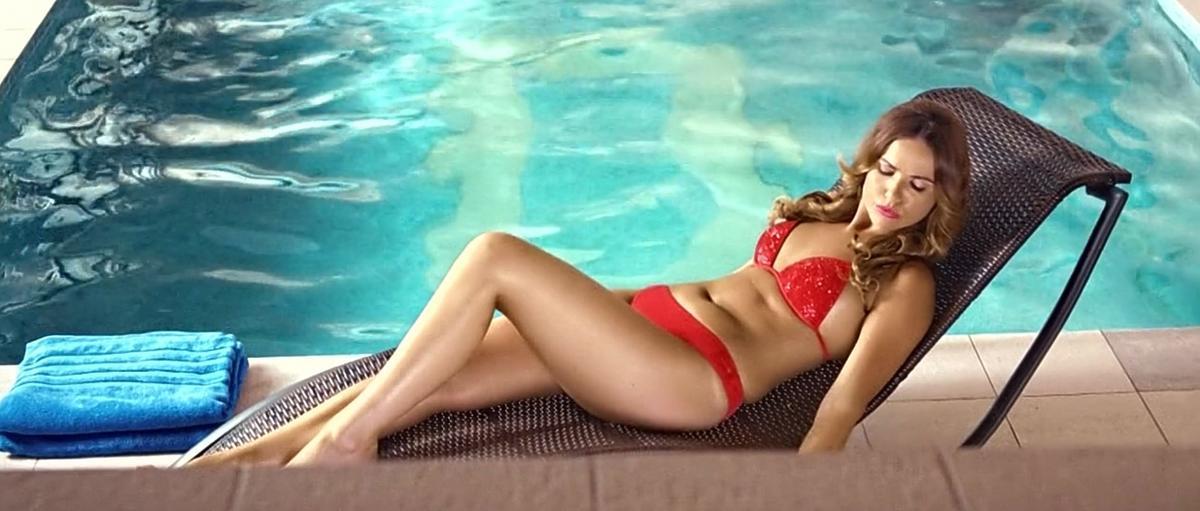 Marta Żmuda-Trzebiatowska w czerwonym bikini nad basenem