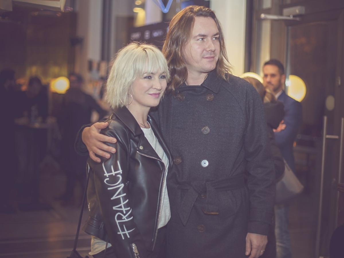 Tomasz Ossoliński w ciemnej marynarce i Anna Puślecka w czarnej rmonesce na 2. urodzinach DYKF