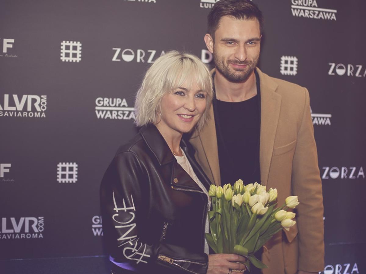 Mateusz Hładki w beżowym płaszczu i Anna Puślecka czarnej skórzanej kurtce na 2. urodzinach DYKF