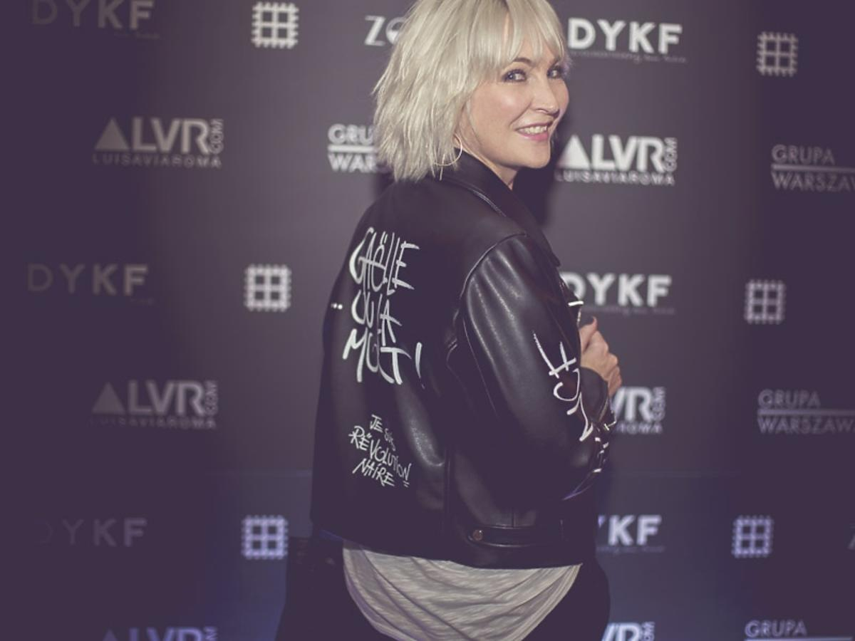 Anna Puślecka w czarnej skórzanej kurtce z napisami na 2. urodzinach DYKF