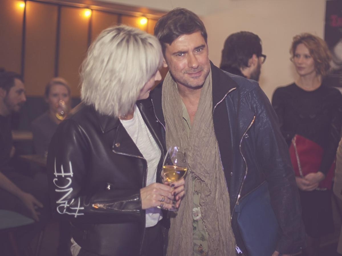 Anna Puślecka w białej koszulce i czarnej kurtce i Marcin Tyszka w beżowym szaliku na 2. urodzinach DYKF