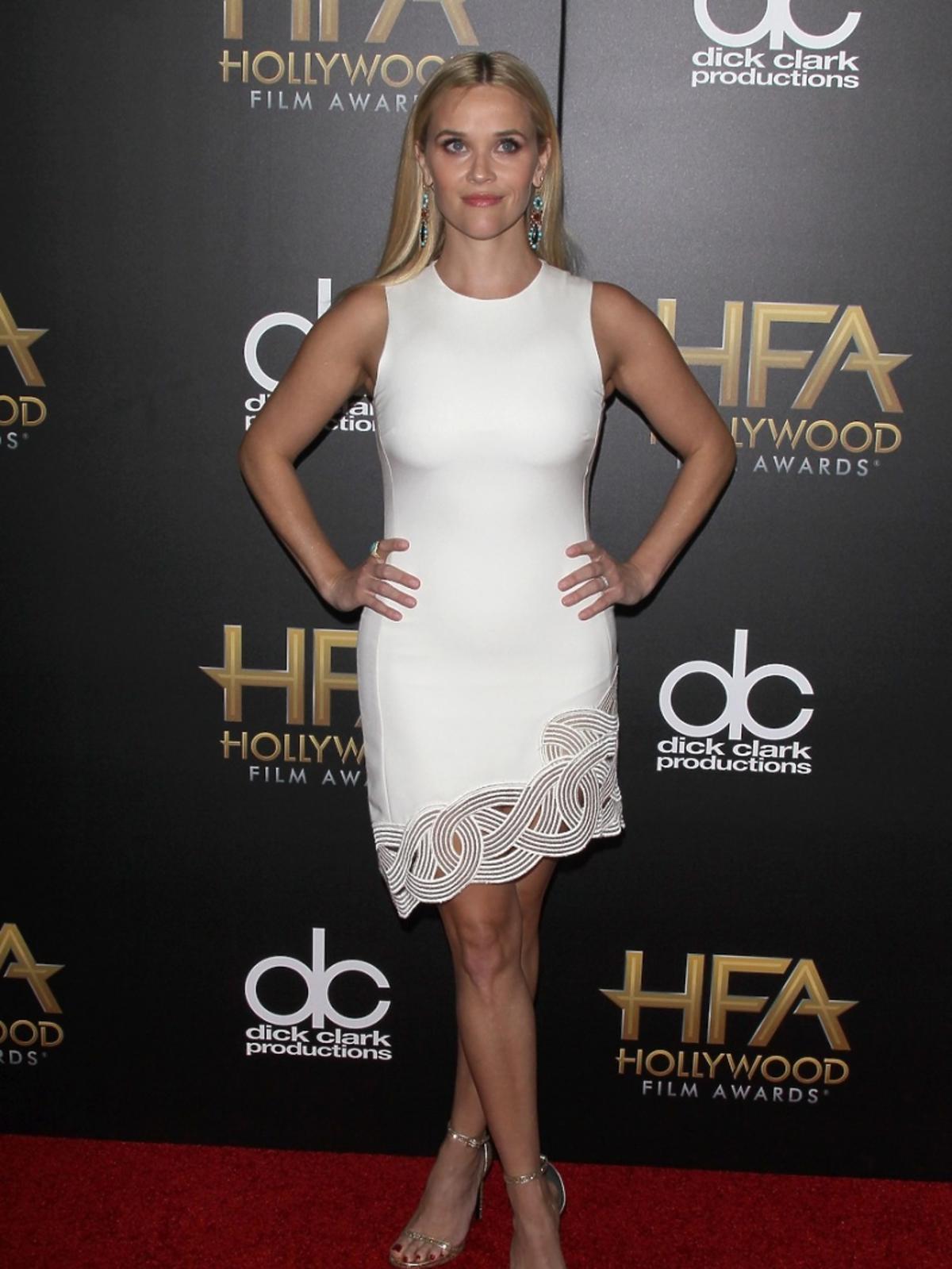 Resse Witherspoon w białej sukience
