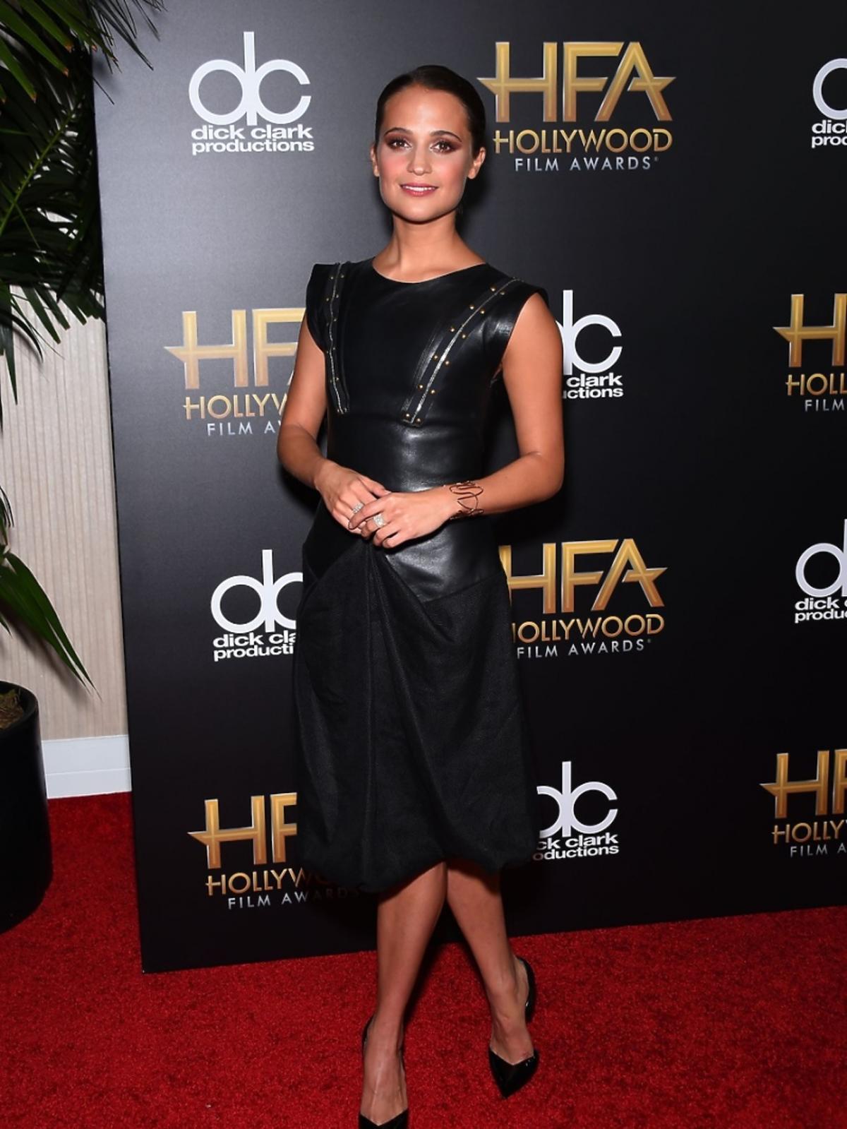 Alicia Vikander w czarnej sukience