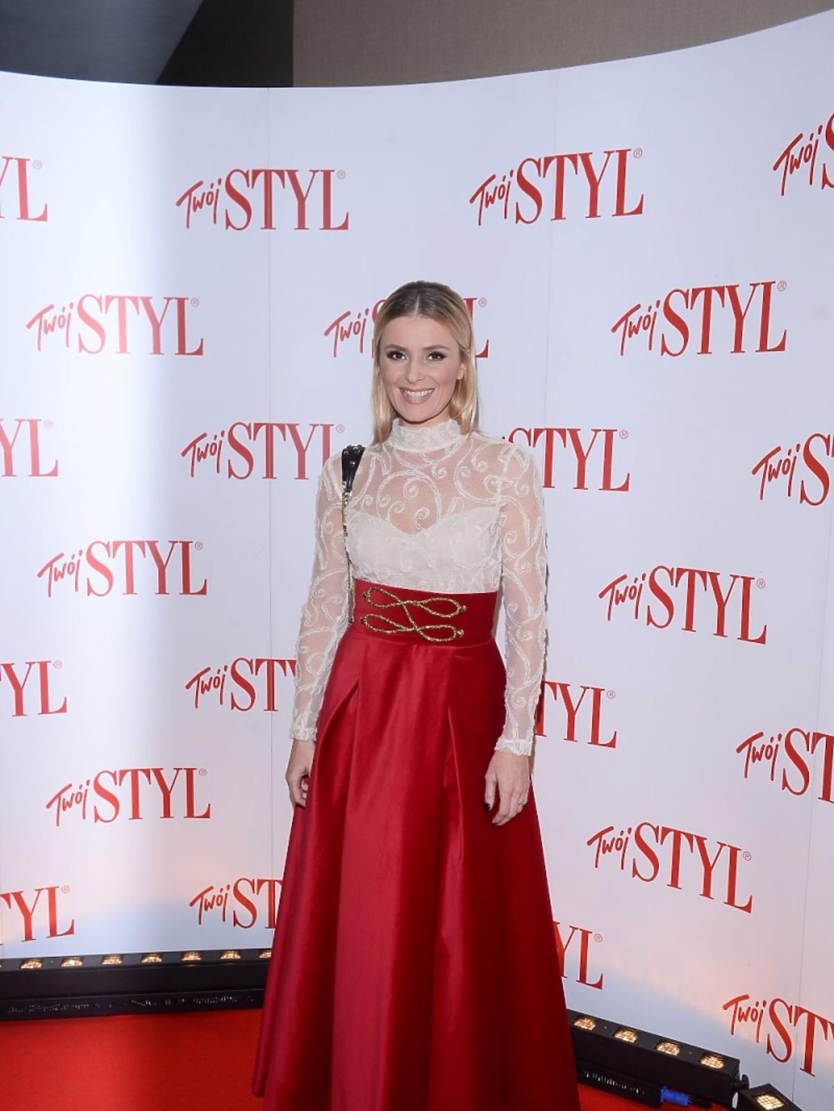 Halina Mlynkova w czerwonej szerokiej spódnicy i koronkowej bluzce