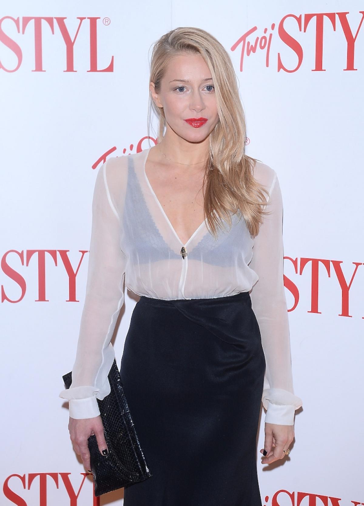 Katarzyna Warnke w białej transparentnej bluzce i czarnej spódnicy