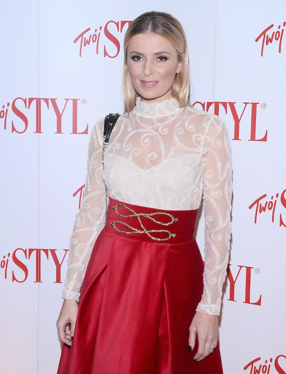 Halinki Mlynkowej w białej koronkowej bluzce, czerwonej spódnicy