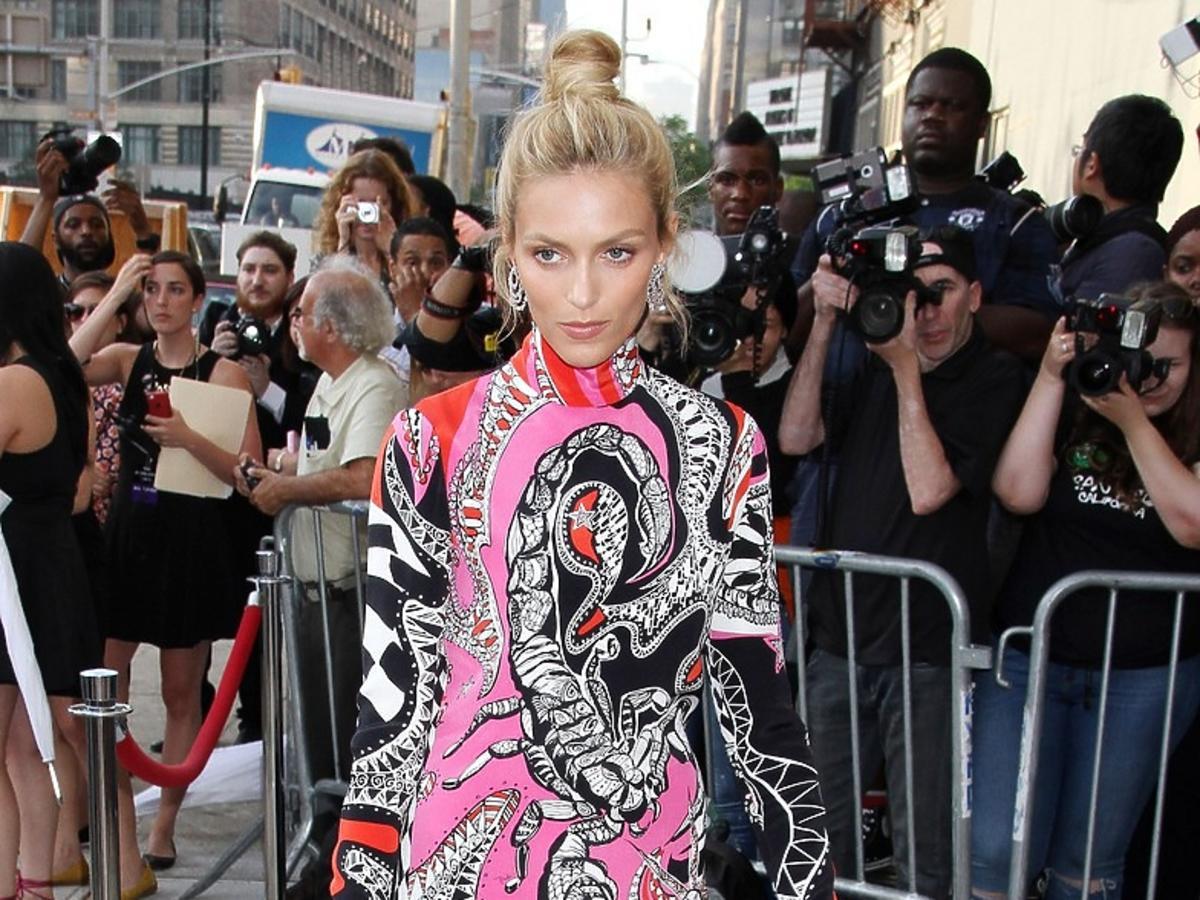 Anja Rubik w długiej wzorzystej sukience na ulicy