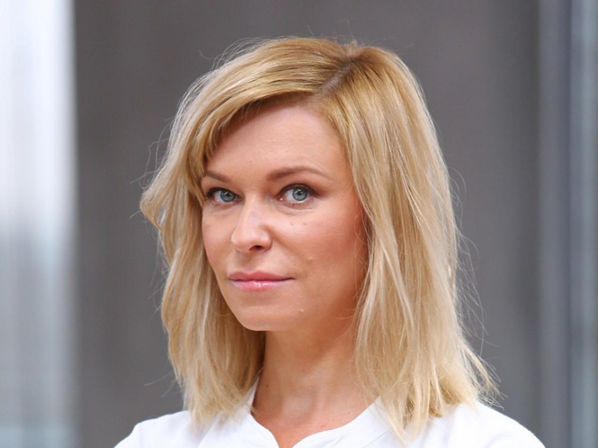 Paulina Młynarska w białej koszuli, plan amerykański