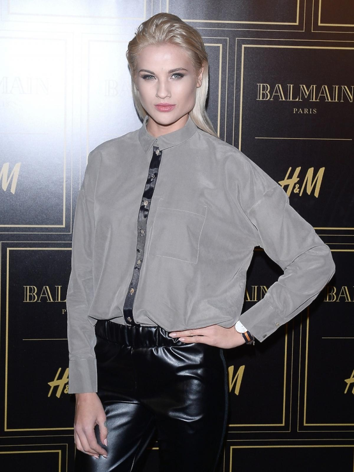 Karolina Gilon w szarej koszuli z czarnym paskiem