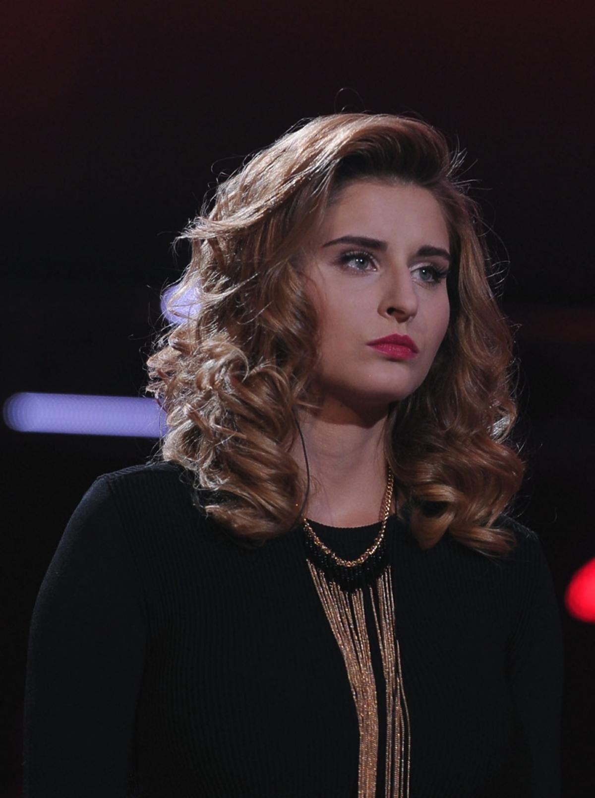 Ana Andrzejewska w czarnej bluzce, złoty naszyjnik