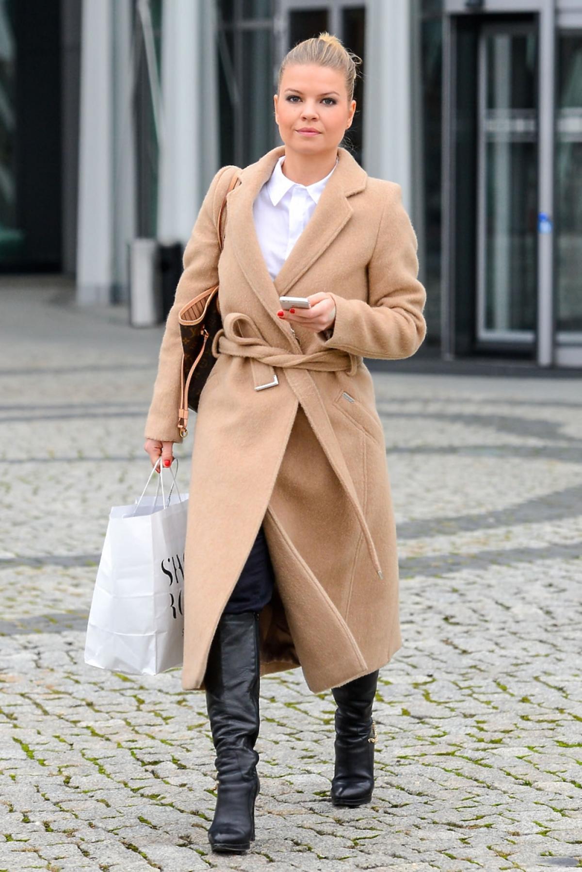 Marta Manowska w camelowym płaszczu