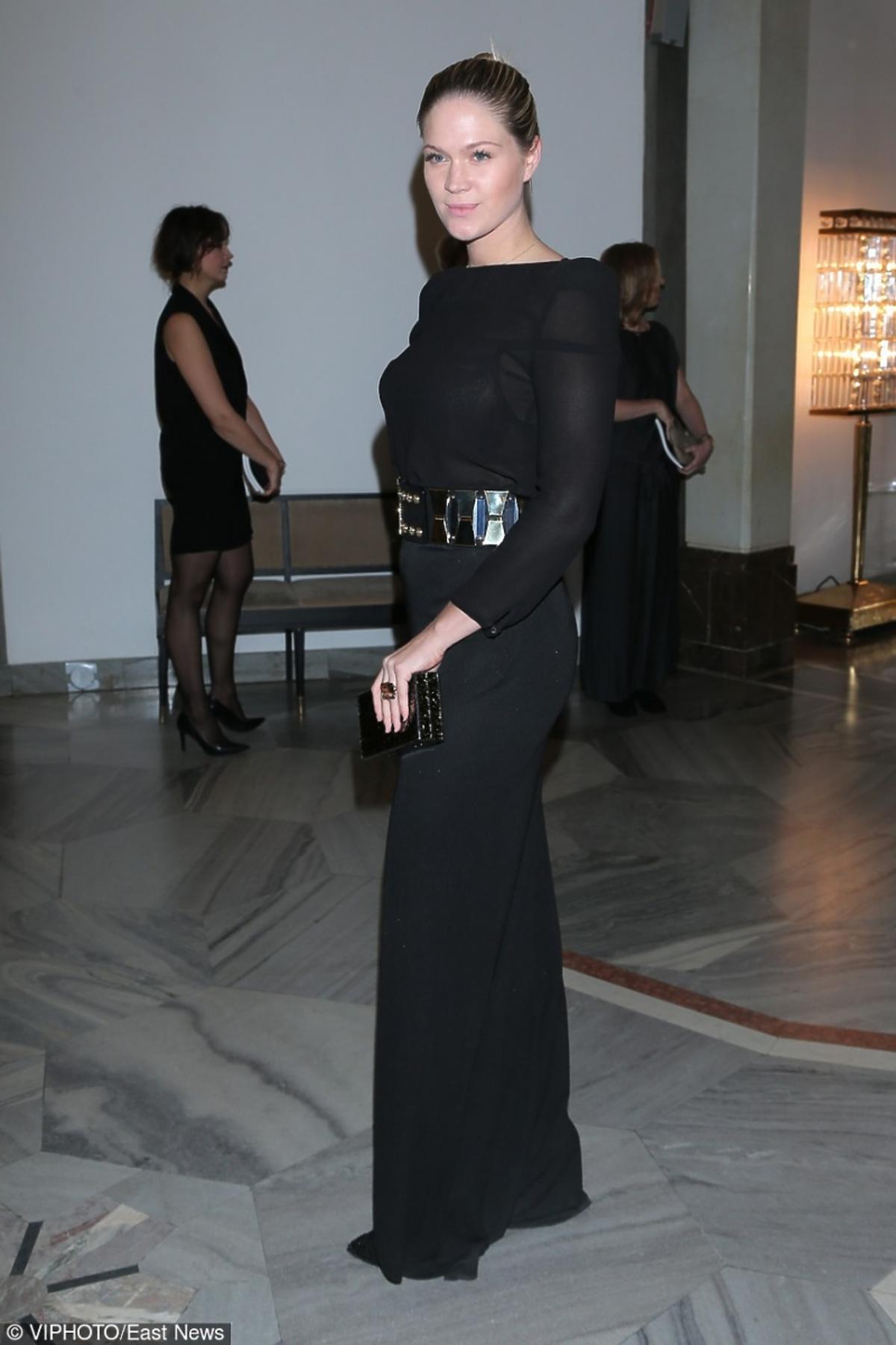 Zofia Ślotała w czarnej długiej sukience