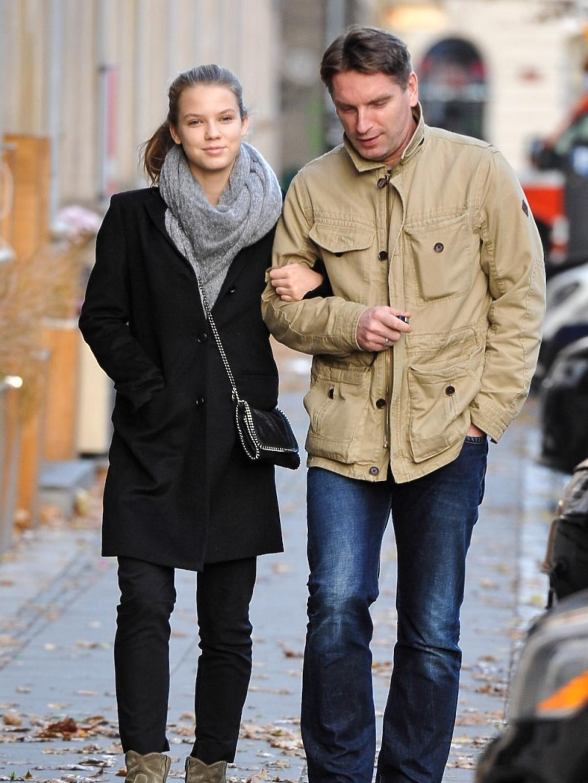 Iga Lis w czarnym płaszczu, Tomasz Lis w beżowej kurtce