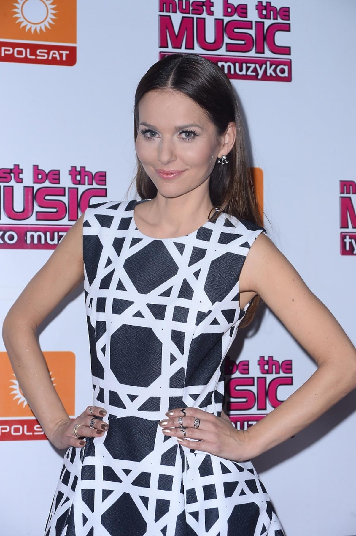 Paulina Sykut w biało-czarnej sukience z wzorami