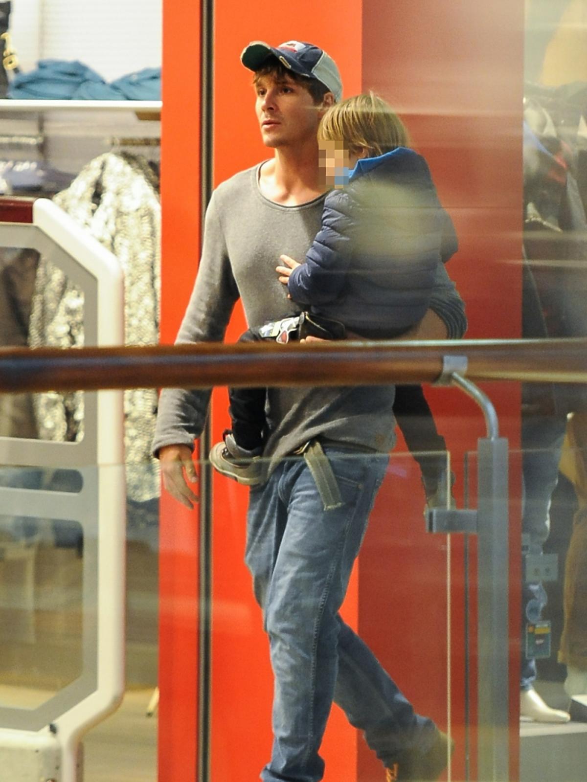 Mikołaj Roznerski w dżinsach z synem Antosiem w centrum handlowym