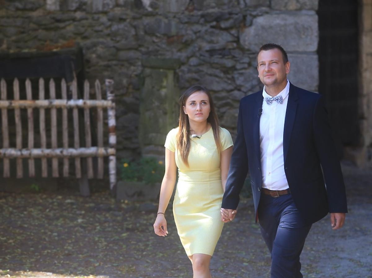 Grzegorz w niebiskiej marynarce i muszce i Ania w żółtej sukience z Rolnik szuka żony 2