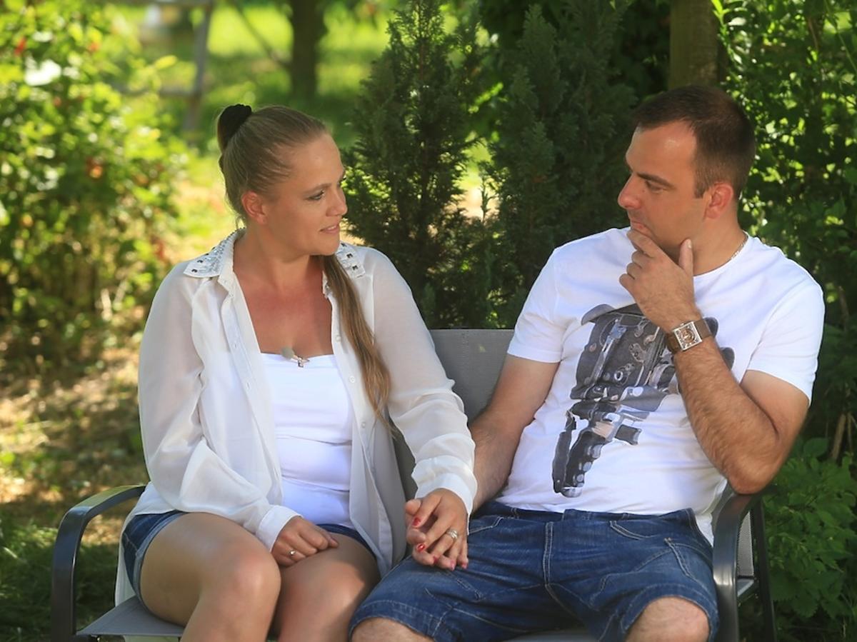 Anna w krótkich spodenkach i Mariusz w białej koszulce z nadrukiem w Rolnik szuka żony 2