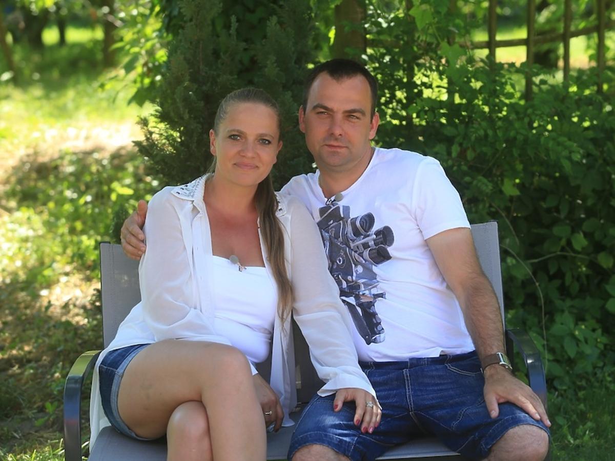 Anna w białej bluzce i Mariusz krótkich spodenkach w Rolnik szuka żony 2