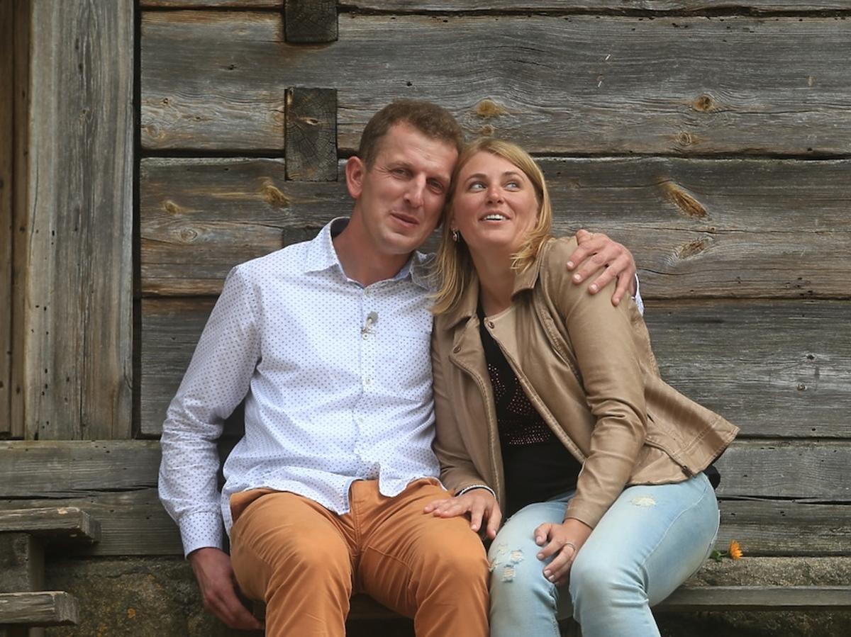 Robert w karmelowych spodniach i Agnieszka w beżowej rmonesce w Rolnik szuka żony 2