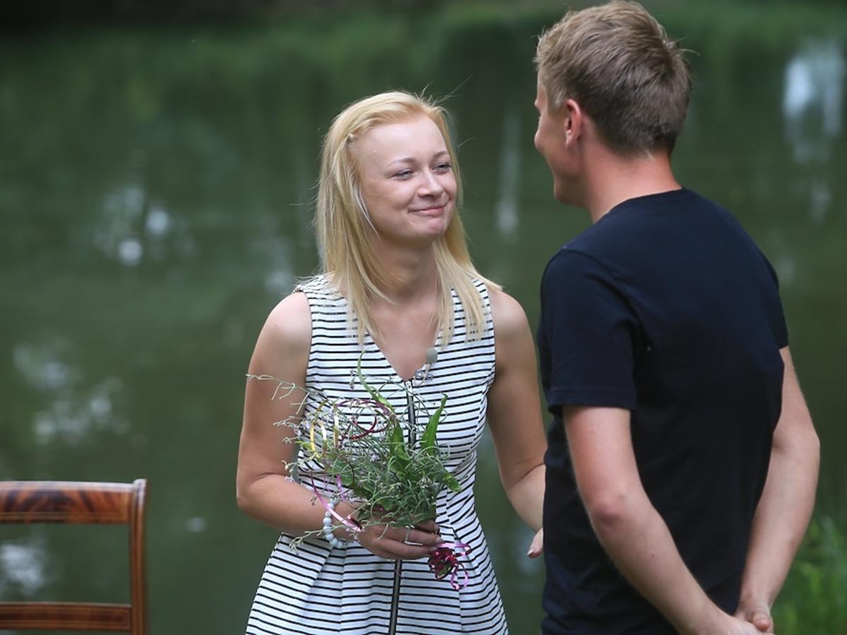 Rafał w czarnej koszulce i Justyna w jasnej sukience z kwiatami w ręku w Rolnik szuka żony 2