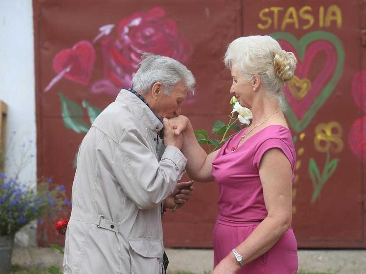 Eugeniusz całuje w rękę Liliannę w Rolnik szuka żony 2