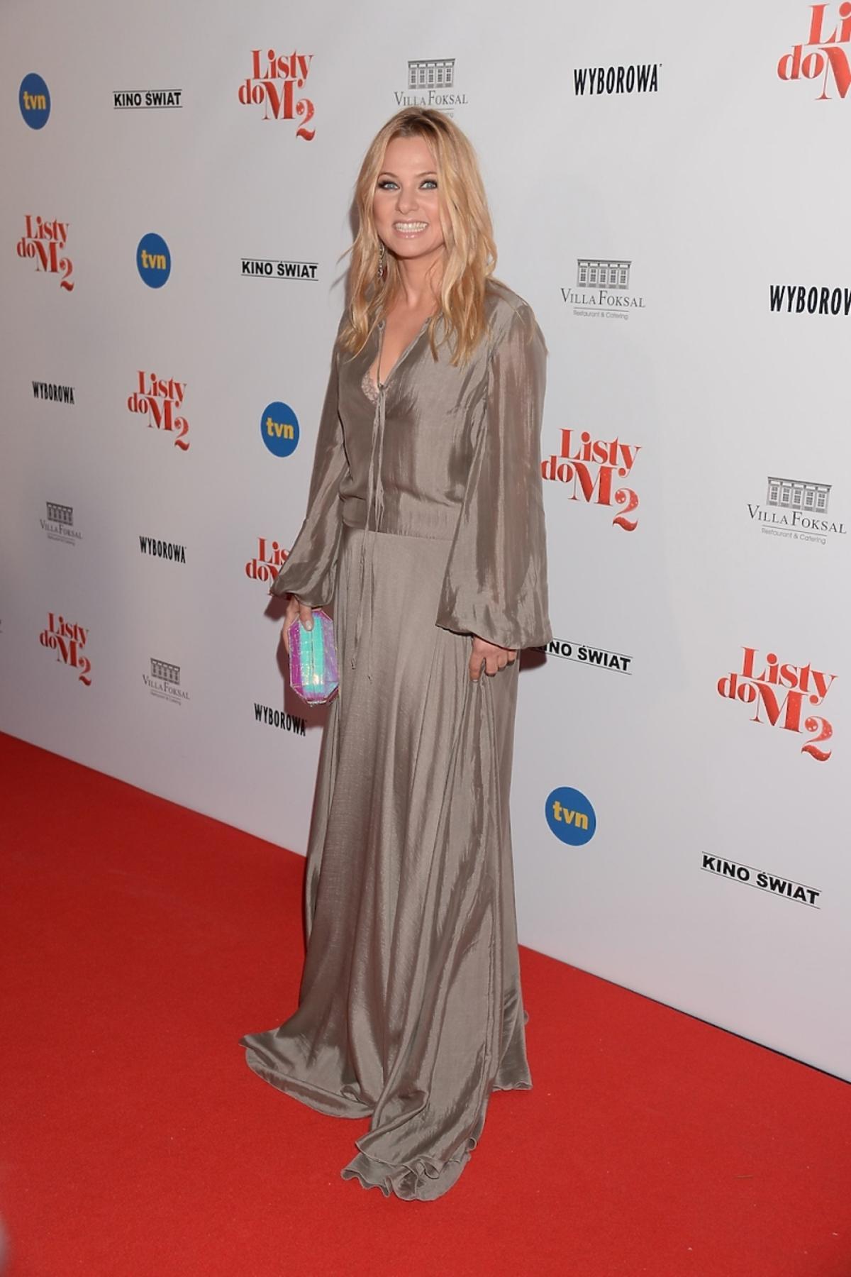 Katarzyna Bujakiewicz w długiej beżowej sukni