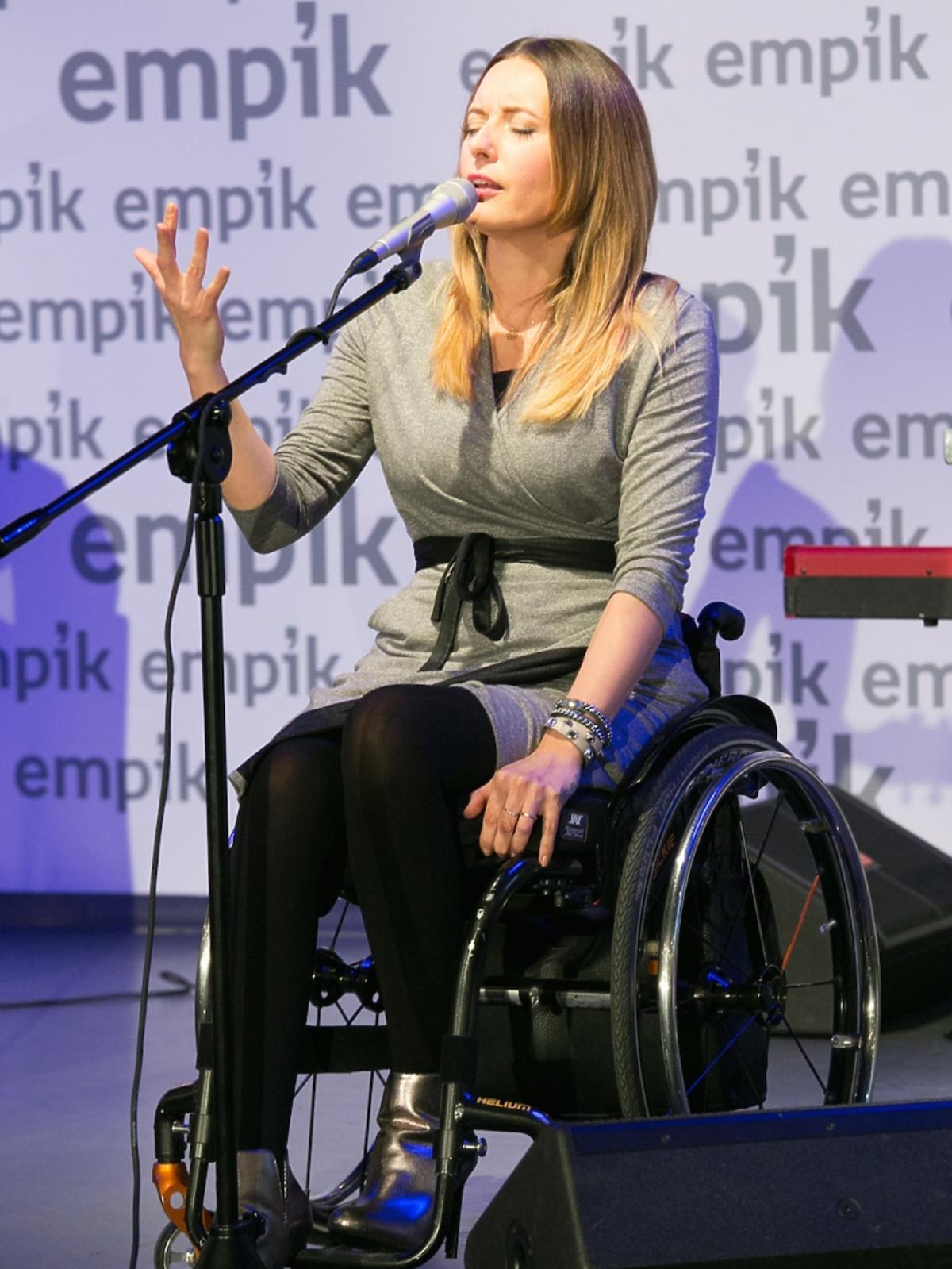 Monika Kuszyńska w szarej sukience