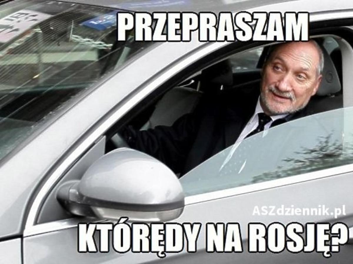 Antoni Macierewicz wychodzi z samochodu