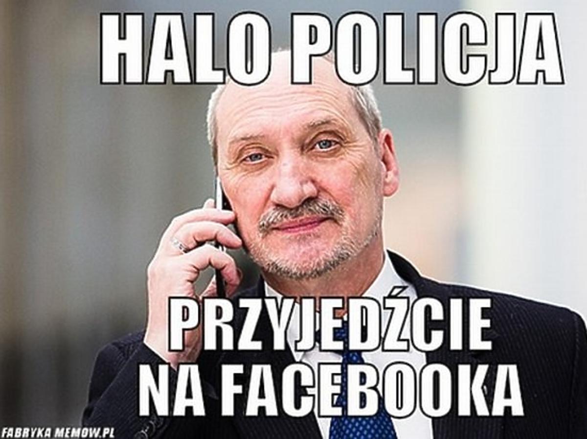 Antoni Macierewicz rozmawia przez telefon