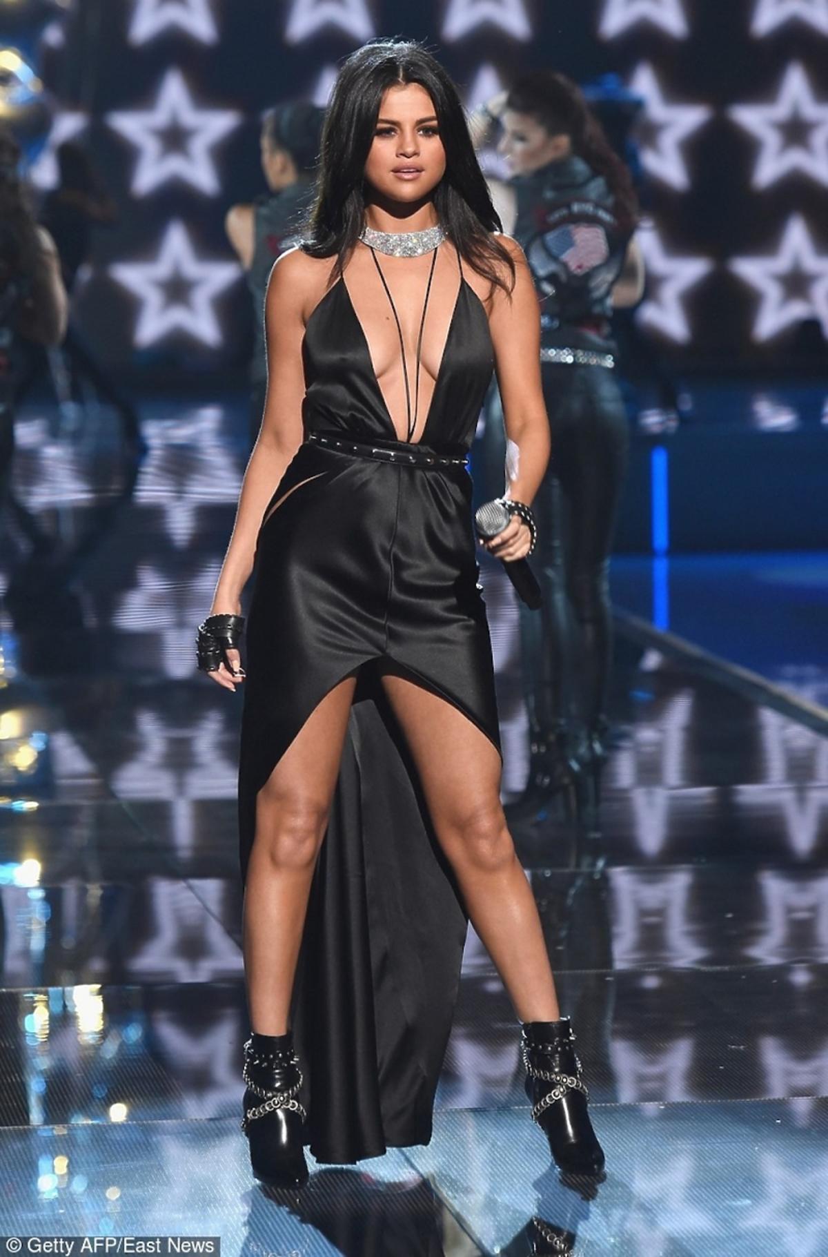 Selena Gomez w czarnej sukience i botkach