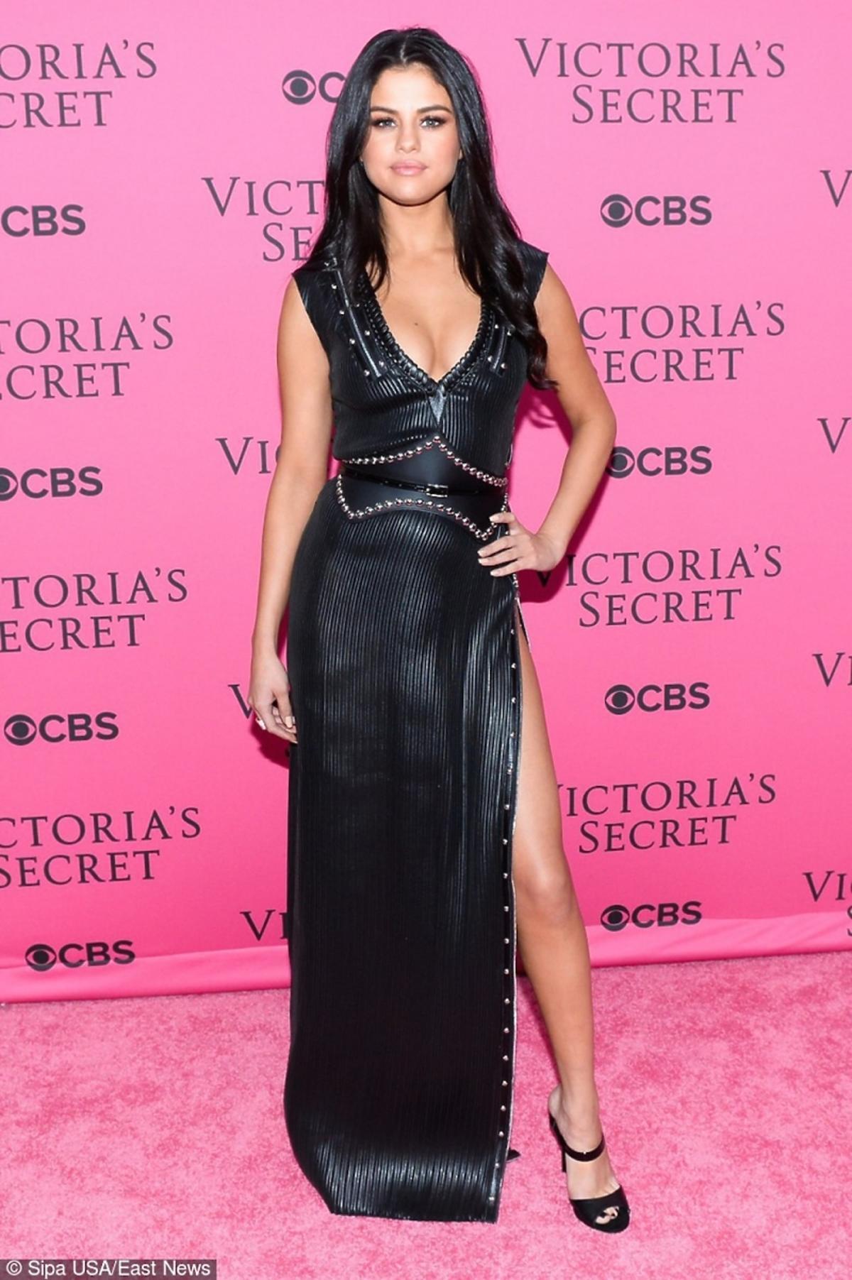 Selena Gomez w czarnej sukience i sandałkach na szpilce
