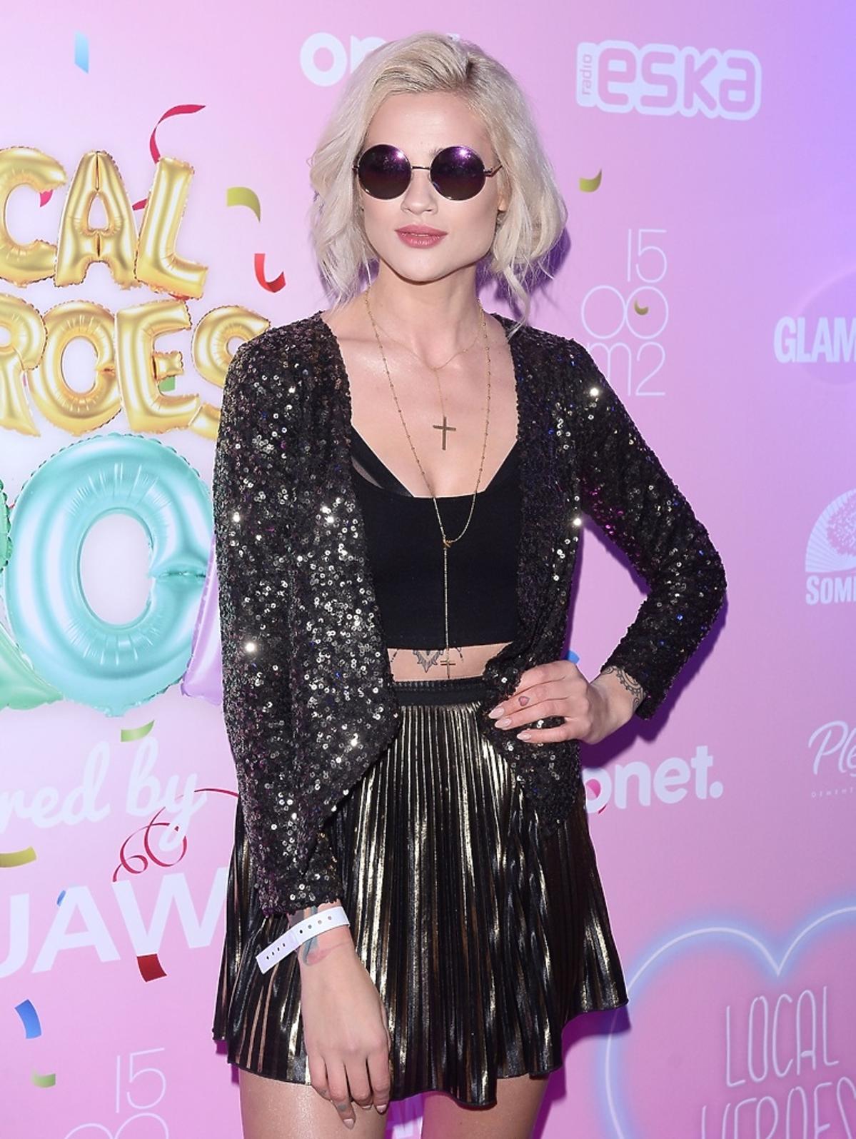 Karolina Gilon w okrągłych okularach