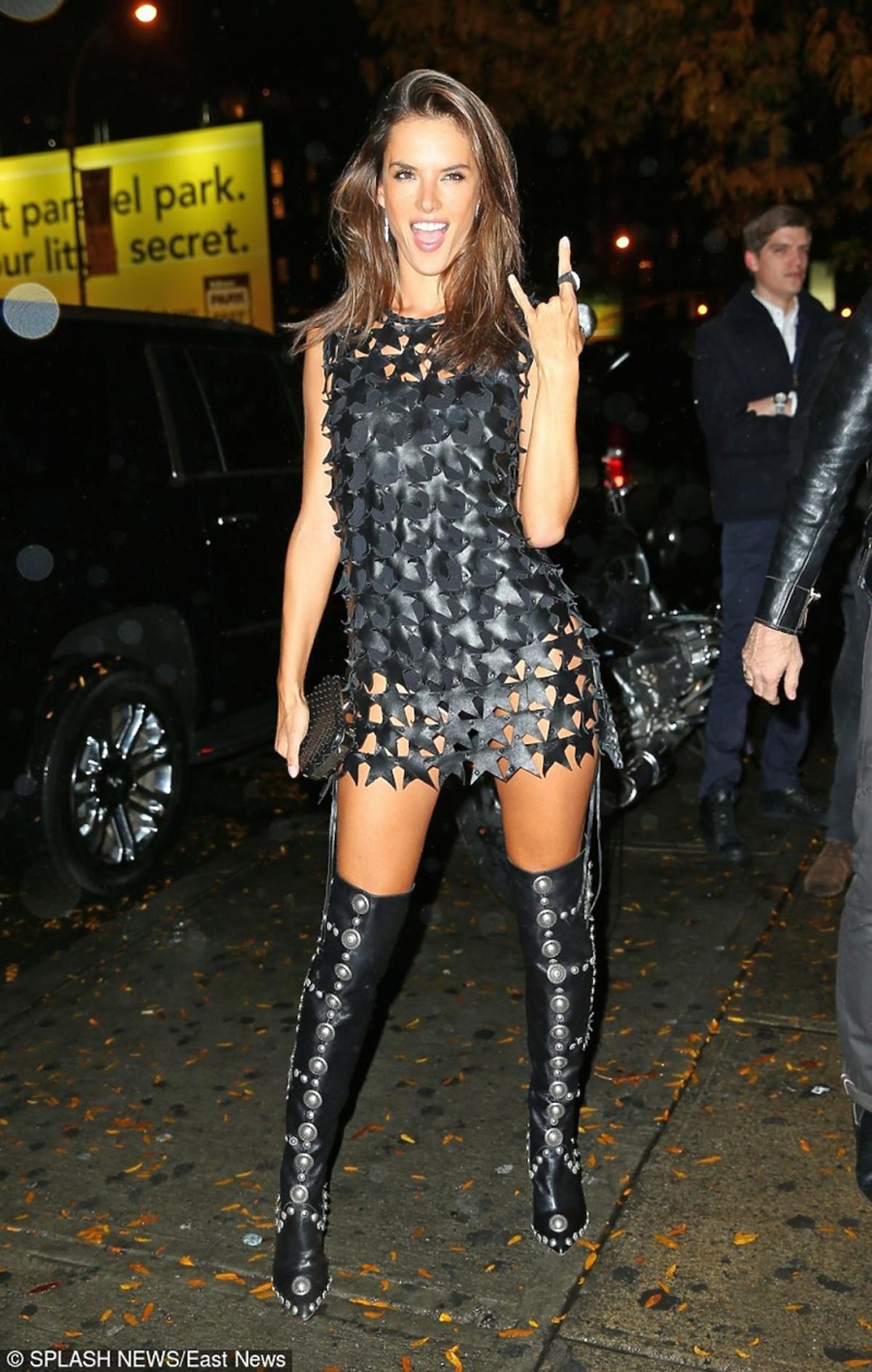 Alessandra Ambrosio w czarnej skórzanej sukience w gwiazdki, wysokich kozakach