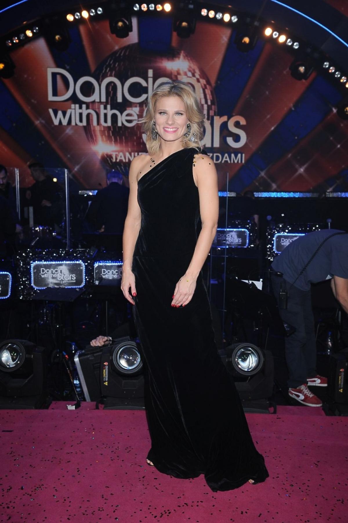 Anna Głogowska w czarnej sukience z aksamitu