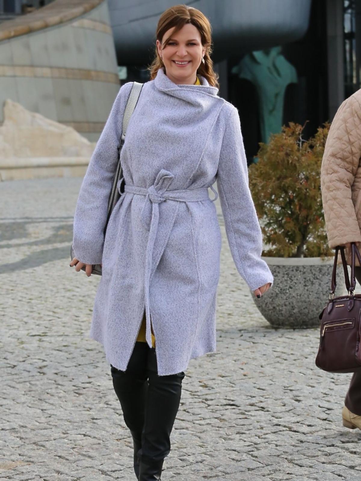 Aneta Todorczuk Perchuć w jasnym płaszczu do kolan