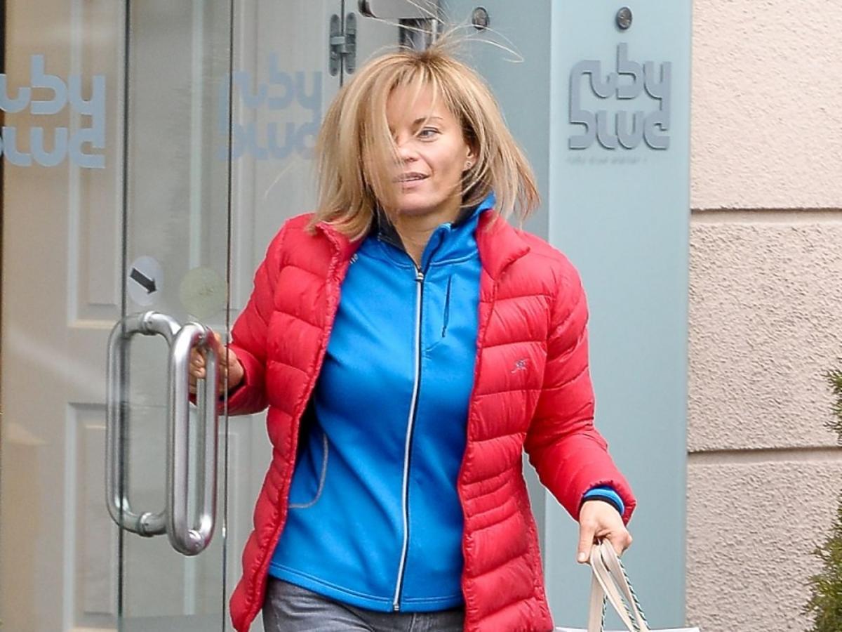 Małgorzata Foremniak w niebieskiej bluzie i czerwonej kurtce