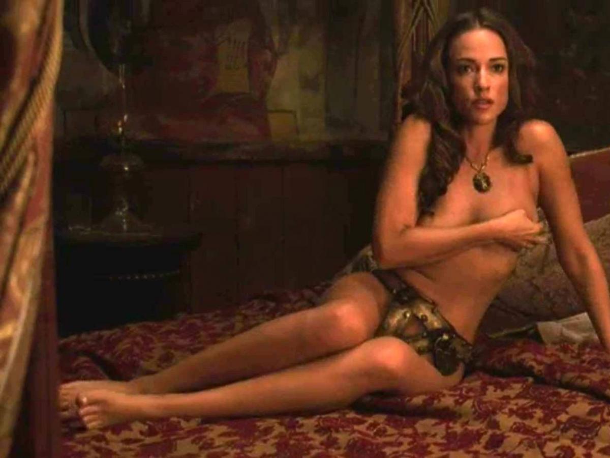 Alicja Bachleda-Curuś  leży naga na łożku w żelaznym pasie cnoty w amerykańskim serialu