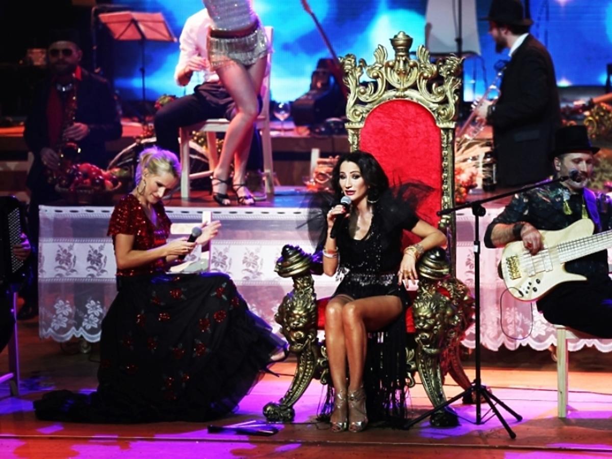 Justyna Steczkowska w czarnej sukience na koncercie w Poznaniu