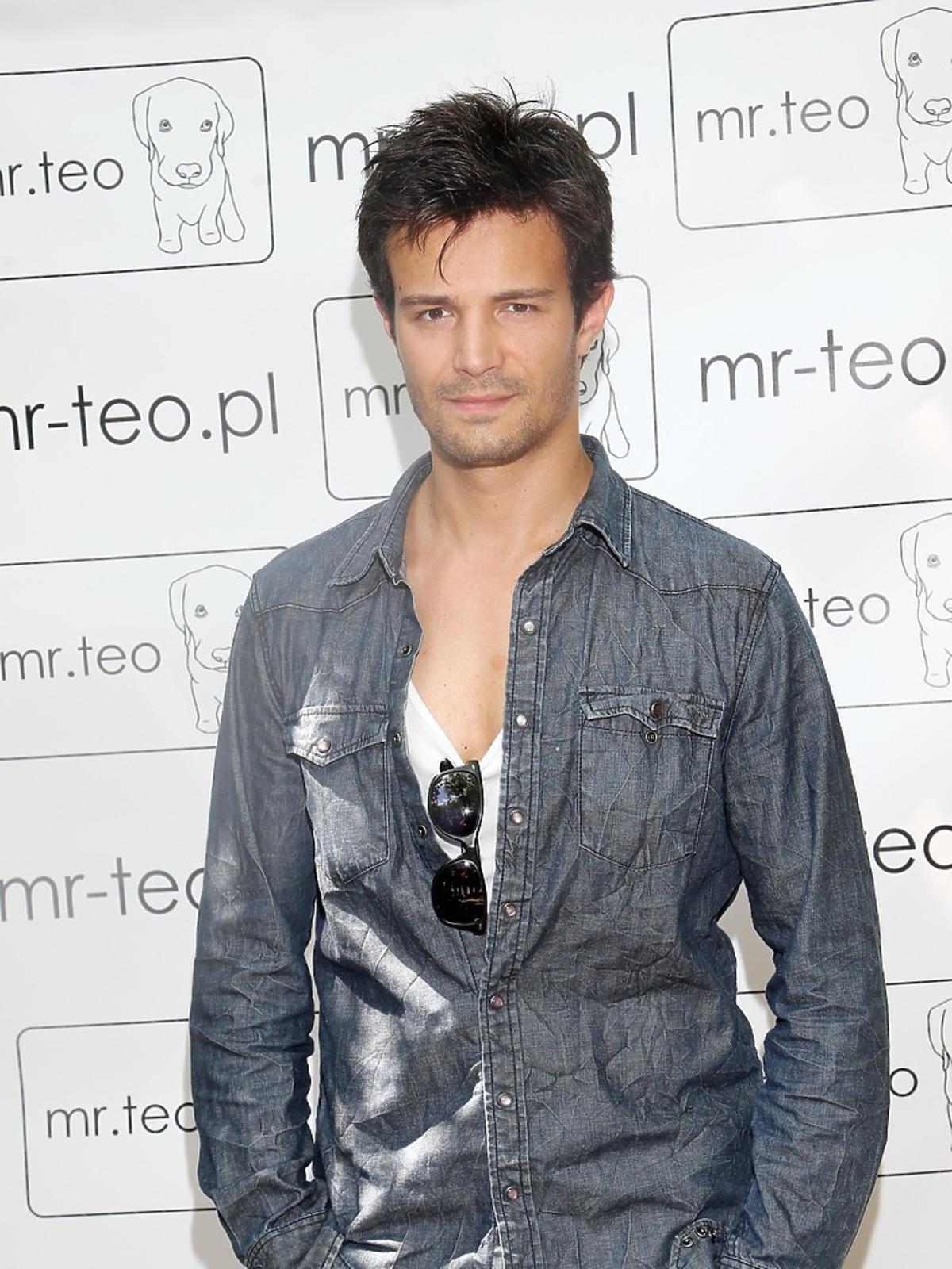 Mikołaj Krawczyk w jeansowej stylizacji