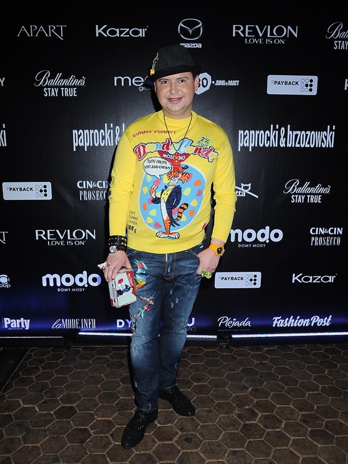 Michał Witkowski w żółtej bluzie z Tygryskiem