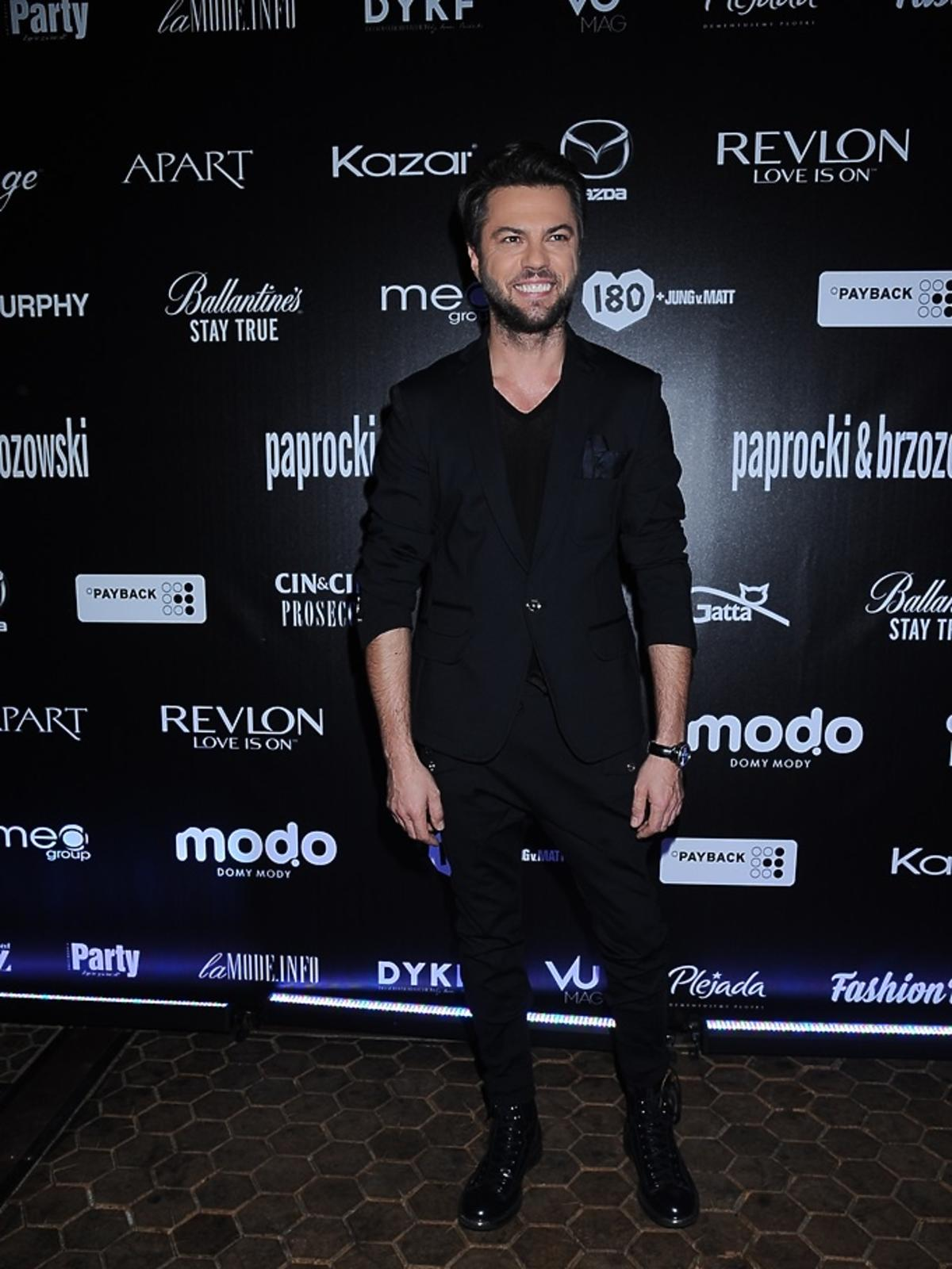 Olivier Janiak w czarnym garniturze